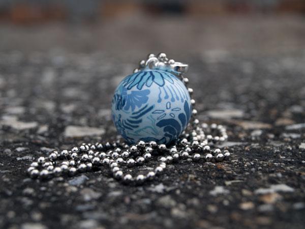 Мексиканска бола бяла на сини цветя