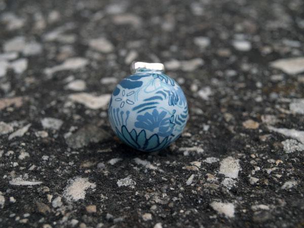 Снимка на бяла мексиканска бола на сини цветя