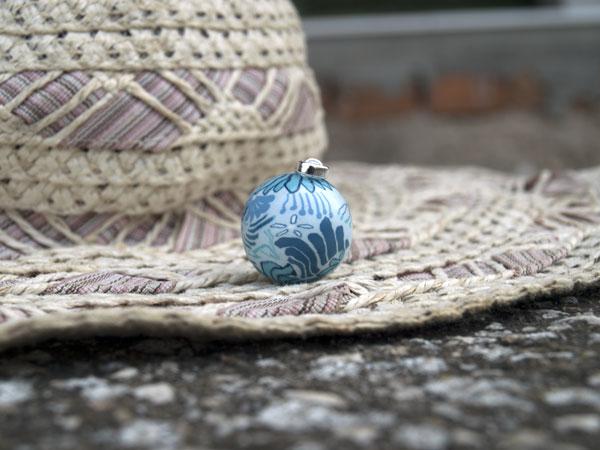 Снимка на бяла мексиканска бола на сини цветя декос