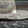 Снимка на бяла бола със златист надпис - декор
