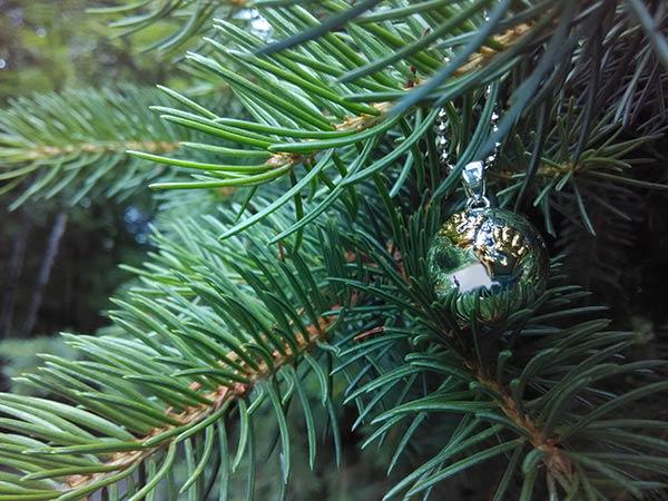Бола със златисти ръце на фона на дърво