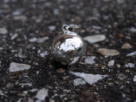 Снимка на сребриста бола с лапички