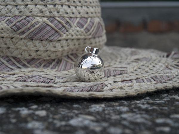 Снимка на сребриста бола с лапички - декор