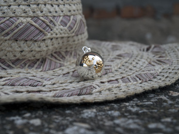 Снимка на сребриста бола със златисти лапички - декор