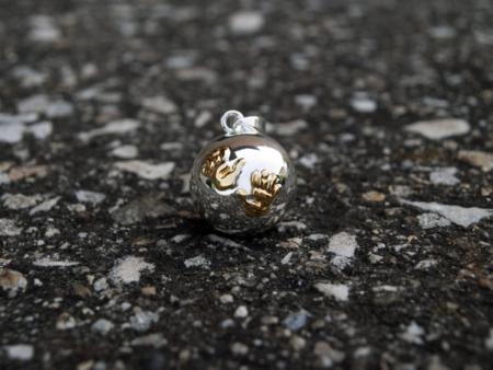 Снима на сребриста бола със златисти лапички