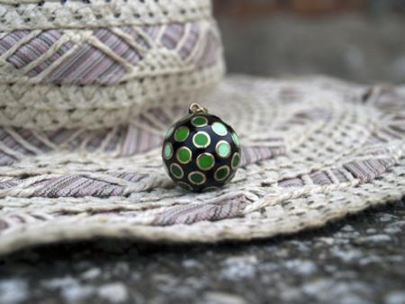 Зелена мексиканска бола върху шапка-декор
