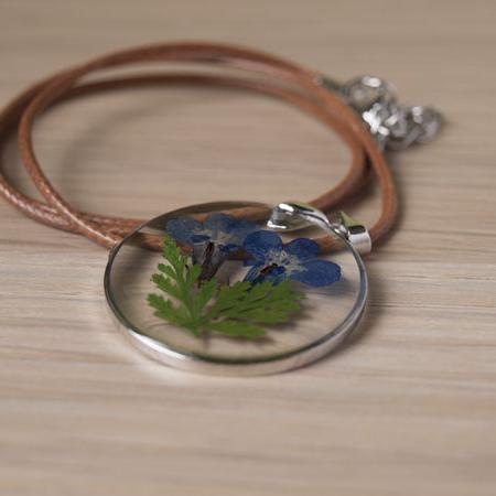 Медальон с цвете и кожена каишка