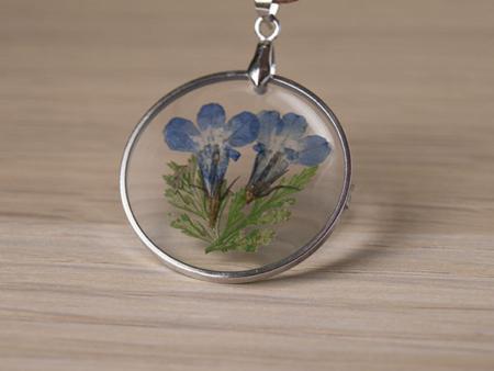 Медальон с цвете и кожена каишка - близък план